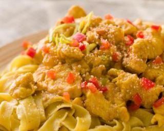 Tagliatelles au poulet curry : http://www.fourchette-et-bikini.fr/recettes/recettes-minceur/tagliatelles-au-poulet-curry.html