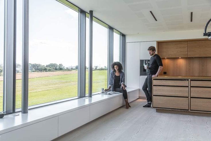 Etter nesten to år i Brasil startet Arnstein og Keity Hosaas jakten på drømmehuset hjemme i Norge. Syv år etter kjøpte paret tomt og bygde huset på Røyneberg. Nå lokker kjøkkenet fra Hamran store og små til daglig familiehygge.