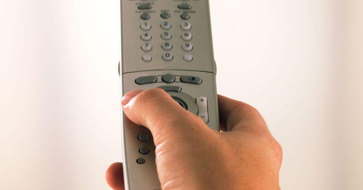 Como configurar um controle remoto universal Philips Magnavox . Controles remotos universais Philips Magnavox podem funcionar com videocassetes, televisores e outros dispositivos similares. Esse controle poupa o tempo de ter que recorrer a diferentes controles remotos enquanto assiste TV a cabo ou a um filme. Há um método universal para sincronizar o controle remoto Philips Magnavox com os dispositivos que são ...
