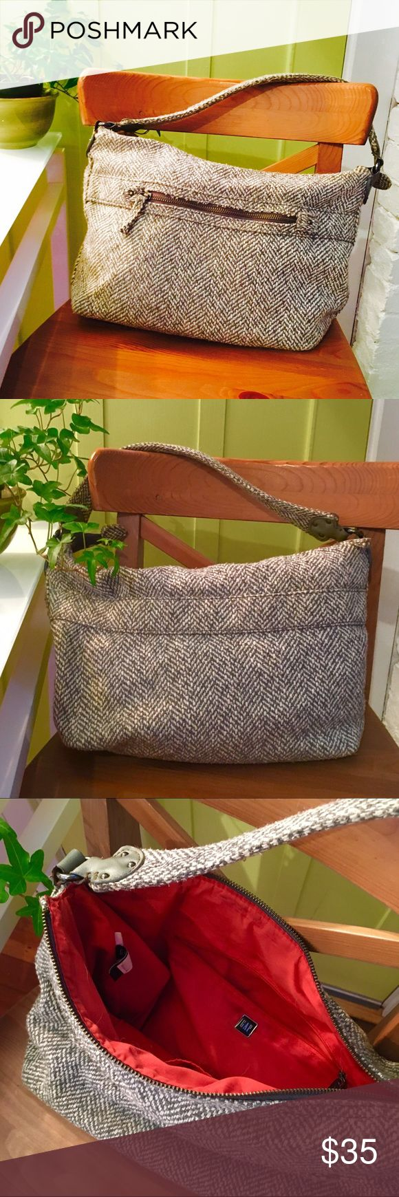 Adorable Grey and White Gap Bag I love this bag, it's so cute. I would keep it if I didn't need the money. Excellent condition, no visible damage or wear and tear. GAP Bags Shoulder Bags