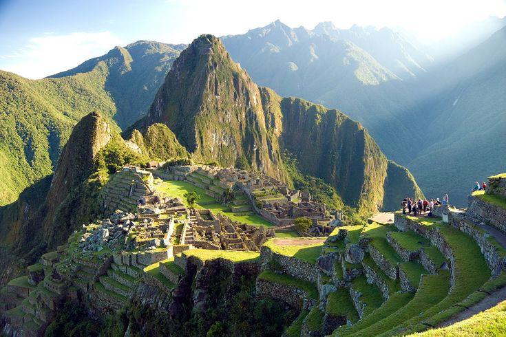 Machu Picchu マチュピチュ in Republic of Peru 「インカの失われた都市」マチュピチュ。未だ解明されていない多くの謎がある遺跡で、とても神秘的。 とがった絶壁の山々がそびえ立つウルバンバ渓谷に沿った高い尾根、標高2430mにあるこの世界遺産は、太陽により近い場所であることから、太陽神とするインカの神を崇める場所であり、また太陽の観測地であったとされている。 そこからの景色はまさしく絶景であり、なぜこのような場所が選ばれたかの理由を尋ねられ、研究者であるラファイエット単科大のナイルズ教授は「圧倒する景色としか答えようがない」と言った。