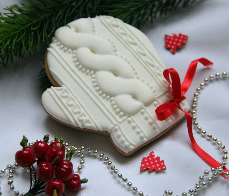 Cable knit pattern mitten cookies