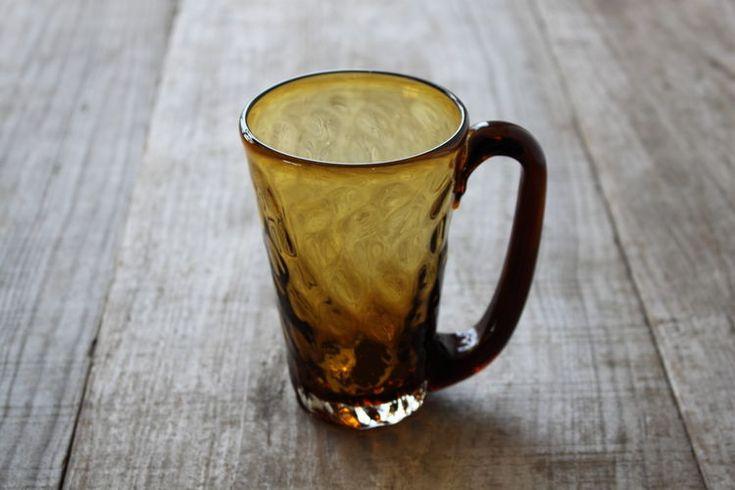 ビールでも氷を入れたアイスコーヒーなど、ギリギリまで入れると350mlほどのたっぷり容量が入るジョッキです。 みなもという名前の通り水面も動きを表現した編み目の大らかなジョッキです。 女性でも男性でも持ち易いサイズ感の持ち手です。 小花を入れて花器としてお使い頂いてもいいですね。