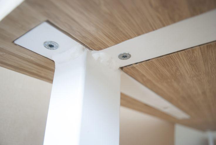 Deze strakke design tafel maakt deel uit van een meubelserie welk gemaakt is van bamboe. Voor de stevigheid is er een T profiel bevestigd welk is ingefreesd aan de onderzijde van de tafel. De tafel kan gedemonteerd worden. 244 cm lang90 cm breed75 cm hoog