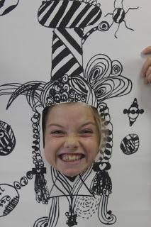 Kinderen blad met gat in geven, ze zelf haar + kroon enz laten tekenen, dan foto trekken.