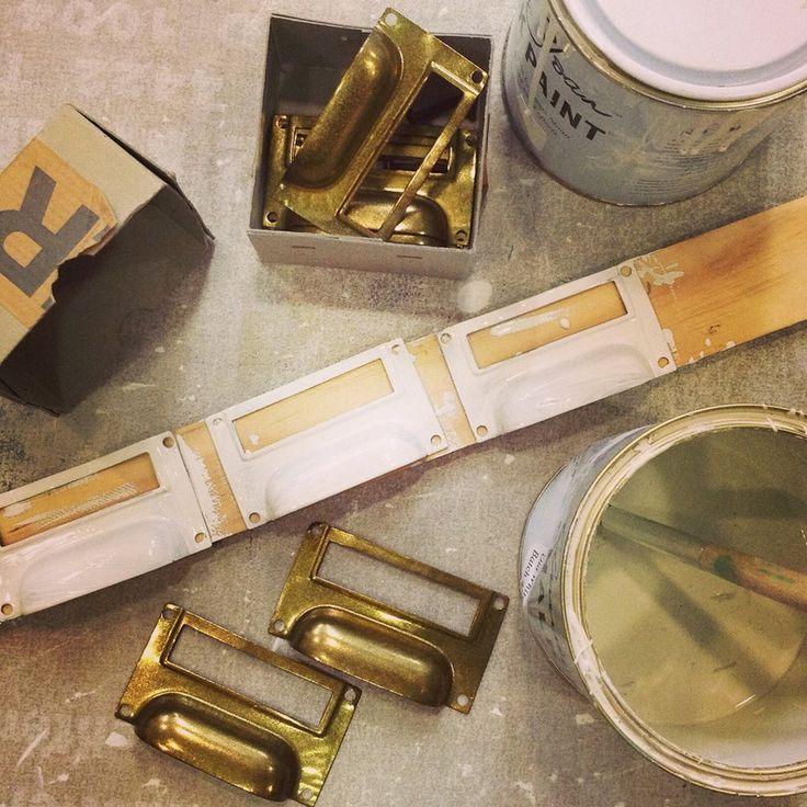 Tirados de metal con Chalk Paint™ de Annie Sloan , en Old White. Chalk Paint™ se puede aplicar sobre metales y su resultado es perfecto, tanto si quereis aplicar una patina ligera como si queréis cambiar por completo su color.