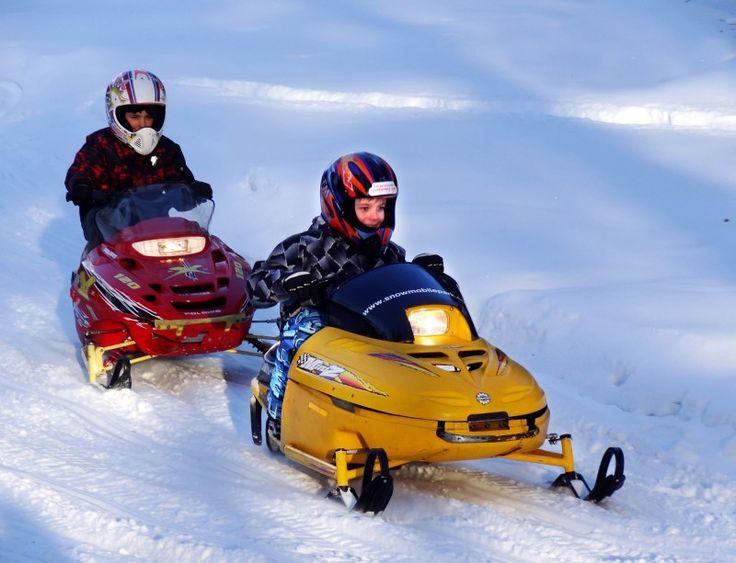 A Arctic Circle Snowmobile Park les enfants peuvent s'essayer à la motoneige