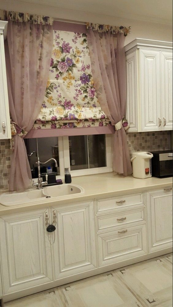 [The curtain by the sink is going to need washing pretty often.] Tende