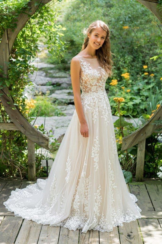 a9b64383 Lækker Boheme brudekjole i skønt, blødt tyl og med masser af skønne  blonder. Toppen