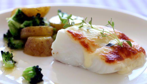 Lag en enkel og smakfull middag. I denne oppskriften er torsken gratinert med mozzarella og servert med potet og brokkoli vendt i smør.