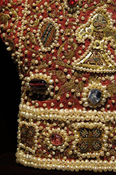 Ceremonial Glove, Palermo, Sicily, before 1220: Red Velvet, gold, enamel, niello, pearls, amethysts, garnets, rubies, sapphires, spinels. Possibly for the coronation of Frederick II of the Staufer dynasty, Kunsthistorisches Museum, Weitliche Schatzkammer, Vienna