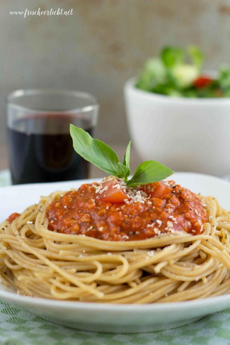 Frisch Verliebt: Vollkornspaghetti mit veganer Bolognese und Parmesan-Ersatz
