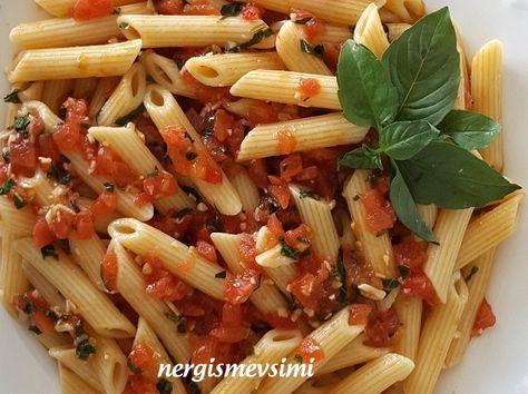 Fesleğenli domates soslu makarna tarifi  Makarna nasıl pişirilir  Fesleğenli sos tarifi       Taze fesleğen, sarımsak ve olgun domatesler...