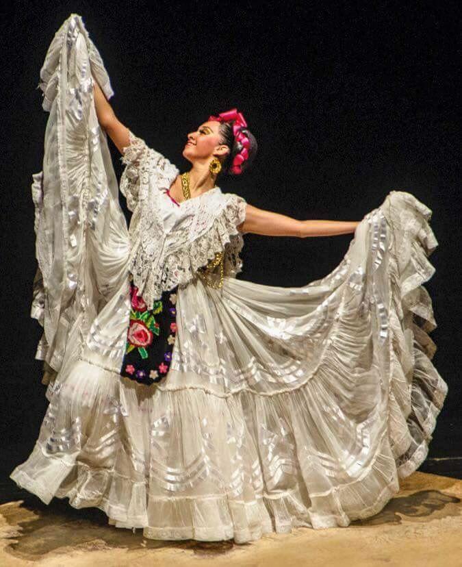 EL TRAJE DE JAROCHA.  Reconocido en todo México por su característico color blanco, el traje típico de la jarocha está lleno de significados que a través de la historia lo han hecho uno de los más vistosos y apreciados por su elegancia, movimiento y porte. Una expresión de lo veracruzano con los aportes de ultramar en México.  Los antiguos pobladores de la cuenca del Papaloapan son los que dieron origen a este bello atuendo. En un principio, se utilizaba el traje español, con influencias…
