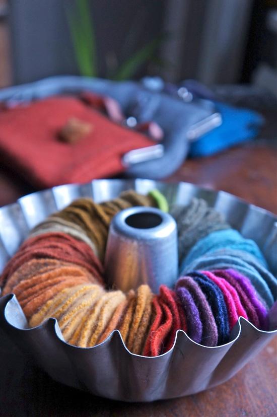 Willattaren väriympyrä syntyi ylijäämäpaloista kuhmuiseen kakkuvuokaan. / Willatar's color cycle was created from felted pieces of old knitwear.