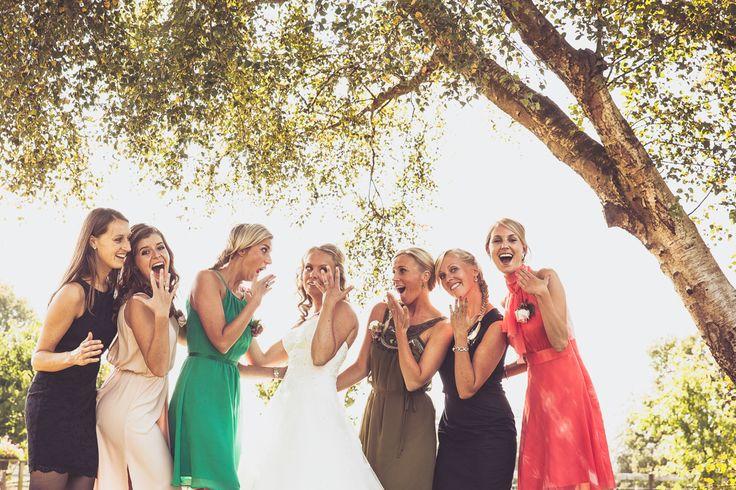 Bride shows her wedding ring to her friends / Bruid laat haar trouwring zien aan haar vriendinnen op haar bruiloft. Made by me / Gemaakt door mij: www.fotozee.nl Ik ben graag jullie trouwfotograaf! photography trouwfoto's trouwfotografie bruidsfotografie