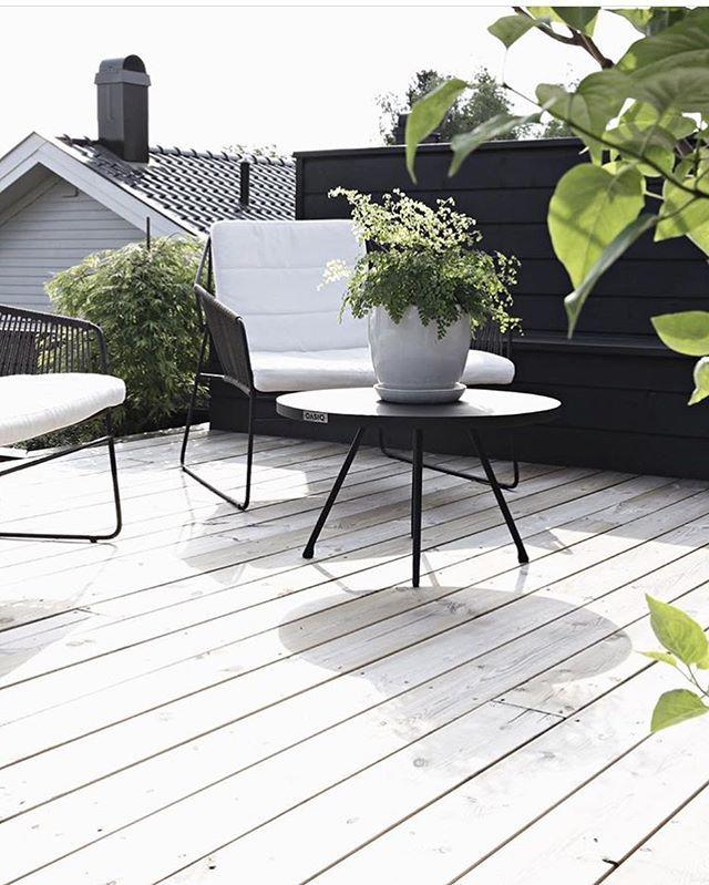 Vi elsker sommeren! ☀️ Og vi elsker hagemøblene fra @oasiq ✨✨ Bildet er tatt hjemme hos @stylizimoblog Alltid like fint der! ✨ Møblene finner dere inne på www.nordiskehjem.no #nordiskehjem #mittnordiskehjem #oasiq #garden #favorittutemøblene #nettbutikk