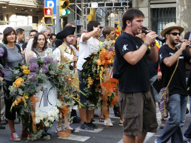 2009 - Diada de Catalunya de l'11 de setembre. Ofrena Floral al monument a Rafel Casanova per part d'Acció Cultural del País Valencià. Un Maulet en primer terme.
