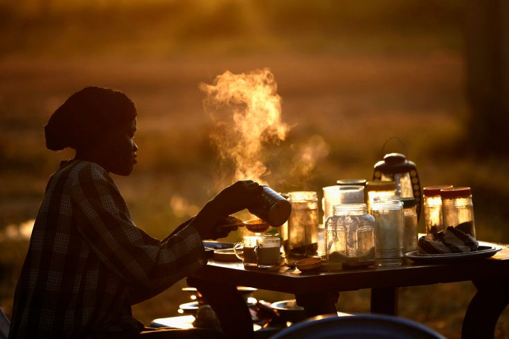 "Africa's Nowhere Land: Photos From Abyei, Where Ancient Tensions Smolder. By #EugeneReznik ""A woman prepares tea at an aoutdoor coffee shop near a polling station located in a school during a referendum in the town of Abyei (Oct. 29, 2013)"". #ArtisticProjects #ProyectosArtísticos #Fotografía #Photography"