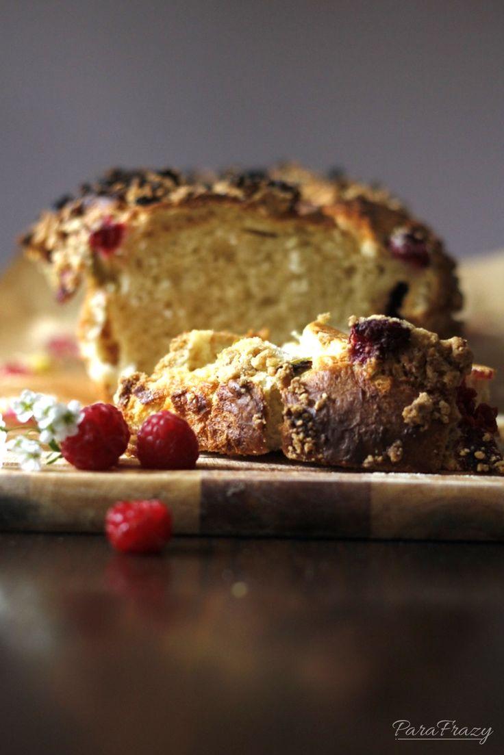 Puszysta drożdżówka z malinami  http://parafrazy.pl/ciasto-drozdzowe-z-rabarbarem-i-malinami/
