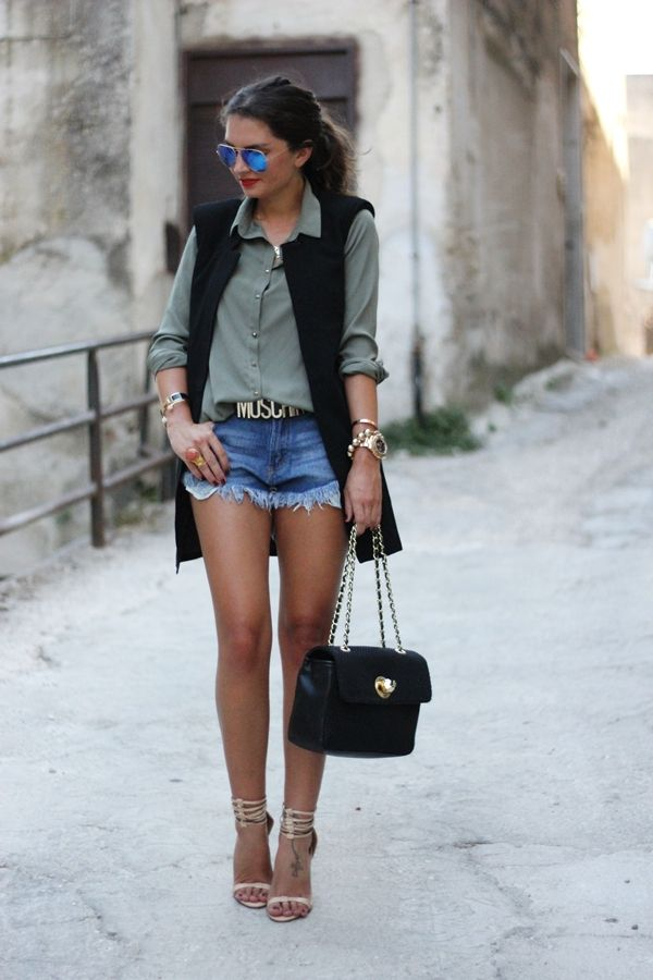 Sheinside vest, Romwe shorts, Pimkie blouse, Moschino belt & bag, Zara sandals, Ray-Ban sunglasses.