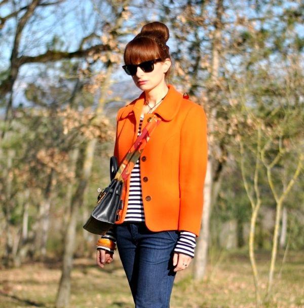 giacca colorata + marinière + bangles + carrè come tracolla + borsa a pattella + jeans a zampa