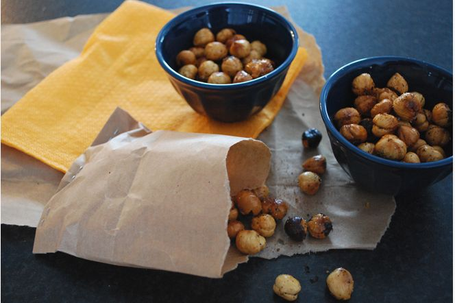 Dubbelrostade chilinötter! Dessa knapriga hasselnötter med chili är fantastiskt goda som drinktilltugg. Egentligen kan du välja vilka nötter du vill här, alternativt mandlar (vilket kan passa bra om du har nötallergiker i sällskapet).