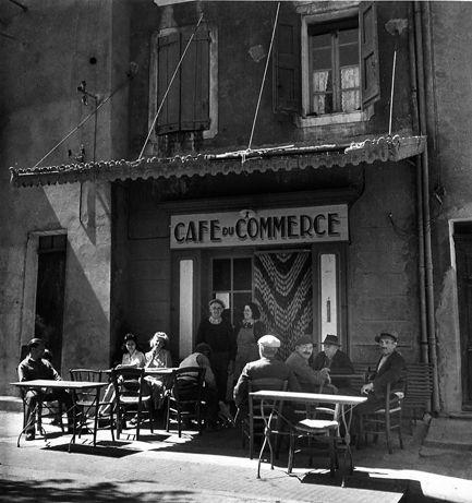Café du Commerce. Vinon sur Verdon, 1945. Robert Doisneau.