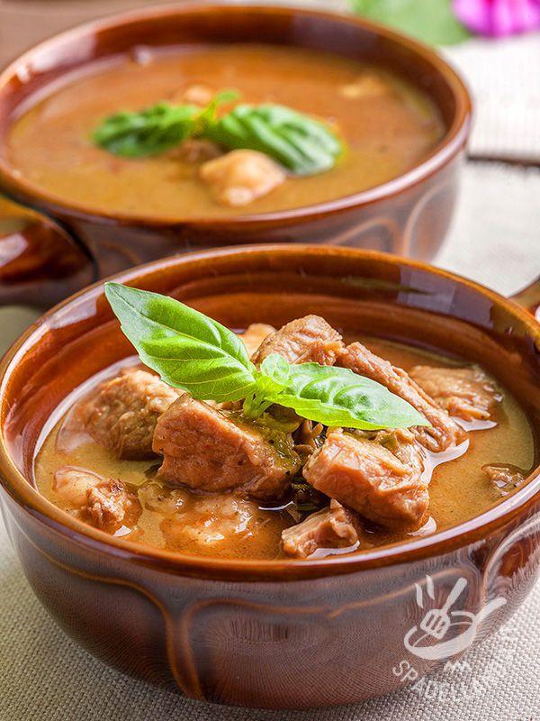 Lo Spezzatino piccante alle cipolle è una pietanza ricca e consistente adatta a chi ama i sapori decisi e i piatti genuini della tradizione contadina.