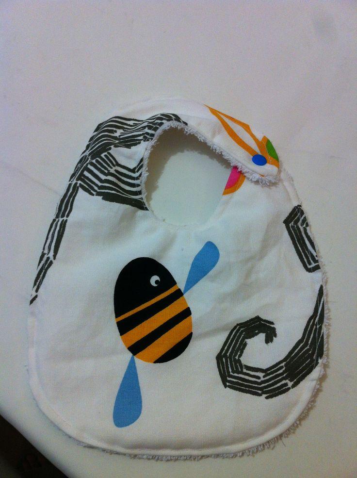 Babero con abeja, con tela de ikea
