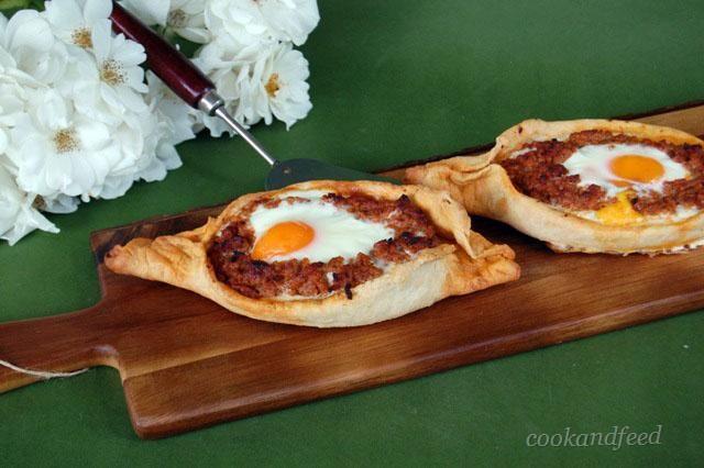 πεϊνιρλί με κιμά και αυγό/Peinirli