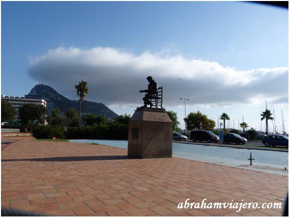 Monumento situado en el acceso oeste de la ciudad, entre el Paseo marítimo de Poniente y la Casa de la Juventud. Es un monumento dedicado a la figura del famoso cantaor flamenco José Monge Cruz, el Camarón de la Isla, que residió buena parte de su vida...