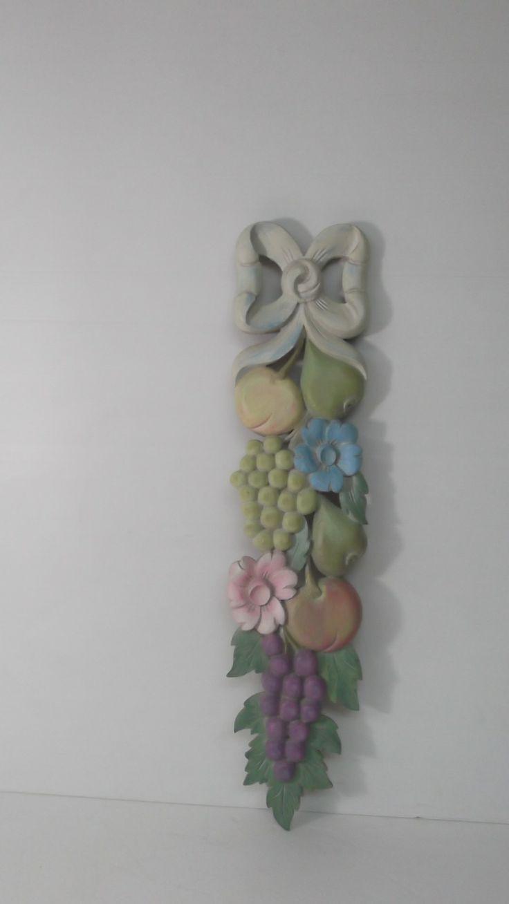 colgante decorativo-tallado en madera y policromado oleo.60x20 x3. Pv.150 $.