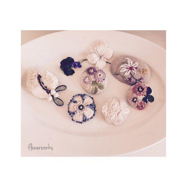 今年は暖かいのか?我が家のスミレが沢山咲いています*生花はTwitterに投稿しています。つぶやきはあまり無いです〜。夕方は寒いのでマフラーをブローチで止めます。最近作は周がブルーのです*ヤドリギのは知らな内に売れて一個に〜奥のスミレは作った物です*