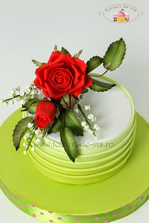 Tort aniversar cu trandafiri rosii