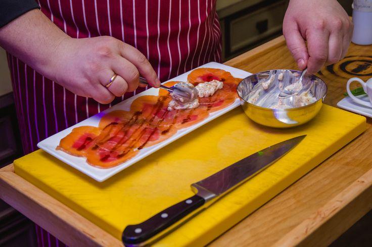 Шеф-повар ресторана Тибет  Мы откроем Вам тайну и покажем, как наш шеф-повар готовит замечательное блюдо – карпачо из лосося и тунца с тартаром из гребешка.  Тонко нарезанное филе лосося и тунца, Александр выкладывает на соус из кунжутного масла, имбиря и лемонграсса. Тартар из свежего гребешка с икрой тобико и майонезом добавляют легкую японскую нотку в блюдо. На фото наш шеф-повар за работой – приготовлением этого замечательного блюда.