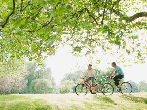 Radfahren - gesunder Sport Schalten Sie ruhig einen Gang runter, um Ihre Gesundheit in Schwung zu bringen. Denn beim Radfahren dreht sich alles um Harmonie - und die richtige Einstellung. Wir verraten Ihnen nicht die schönesten Radtouren, aber sagen warum Sie sich mal öfters in den Sattel schwingen sollten.