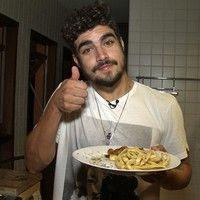 Caio Castro prova que é chef ao preparar jantar para Gil Coelho e Maurício Destri. Veja o vídeo!