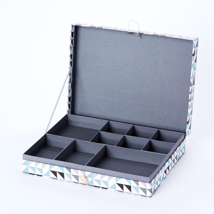 Förvaringsbox Kakkel - Heminredning - Stor rektangulär förvaringsbox i papp med fint mönster. Urtagbara fack för organisering eller förvaring av små föremål som smycken, pennor och annat. Försluts med elastiskt band runt dekorativ träknapp.