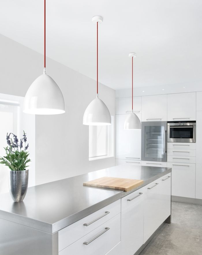 Cocina blanca con detalles en acero inoxidable