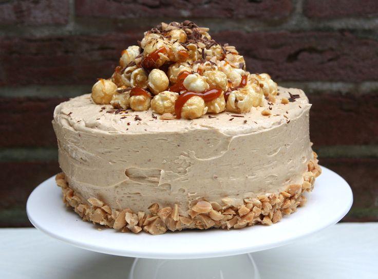 Chocolade pindakaas taart met karamel en popcorn