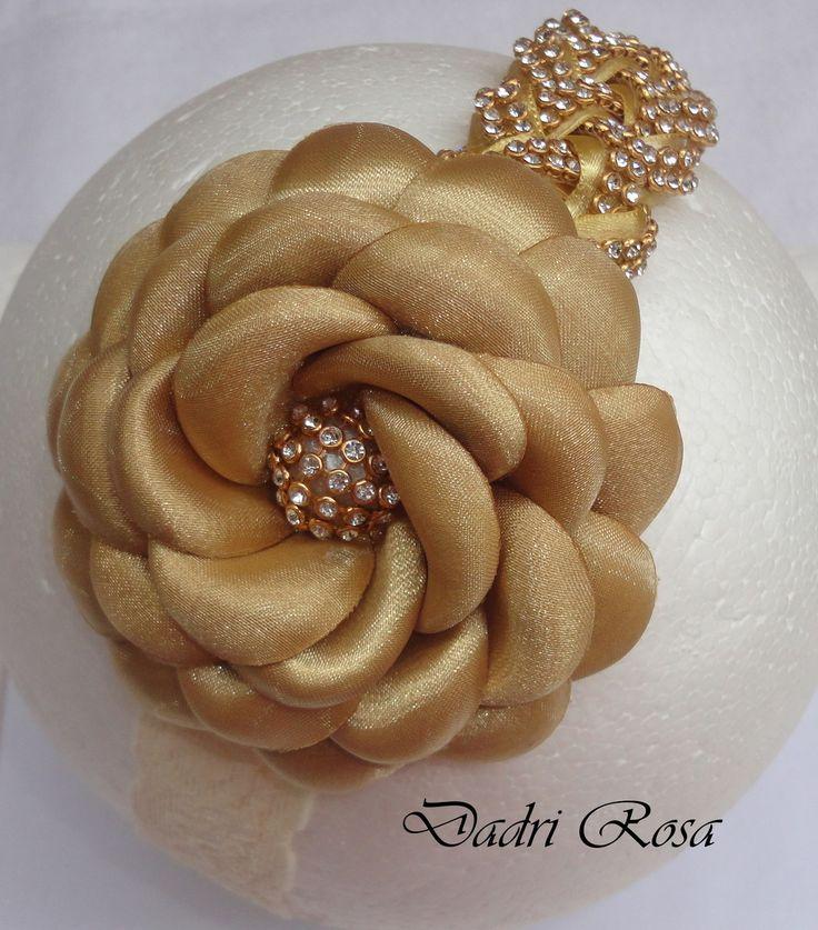 faixa bege todo revestido com manta de strass, flor de cetim com organza dourada.