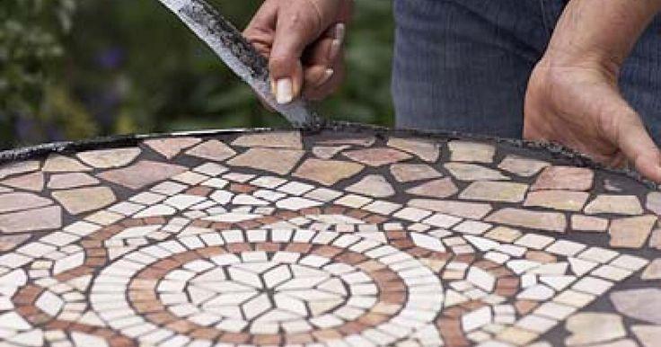Ein Mosaiktisch ist ein schönes Deko-Accessoire für die Terrasse. Hier zeigen wir Schritt für Schritt, wie Sie eine solche Tischplatte herstellen.