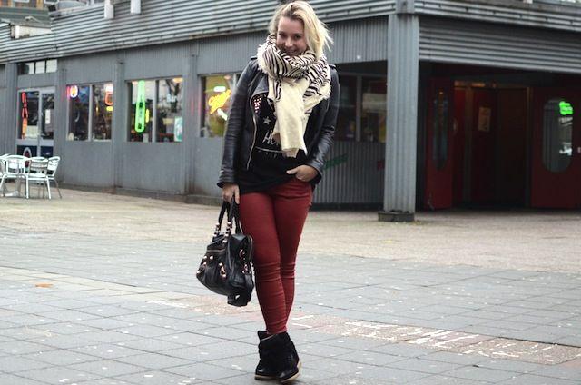 Zwart leren jack met studs en gecoate rode broek