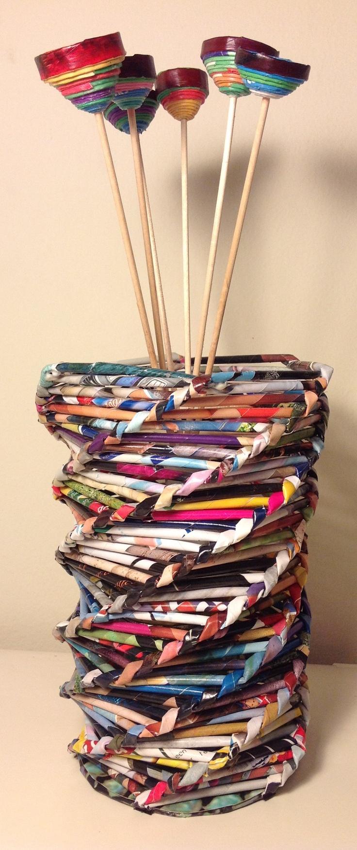 Portaflorero (25 cm alto x 12 cm diámetro) hecho con rollitos de papel de revistas y flores hechas con círculos de rollitos de papel de revistas - Paper art
