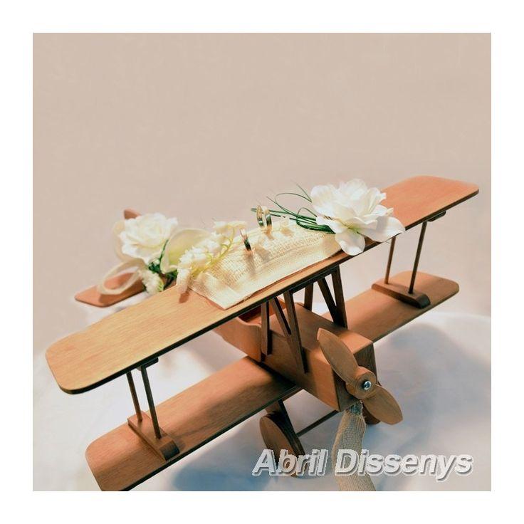 El avión para anillos de boda con gardenias es ideal para transportar las sortijas el día de tu boda.
