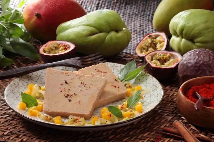 Le Foie Gras sur salade de christophine, mangue et fruits de la passion #foiegras #recettes http://tinyurl.com/nfb3ocy