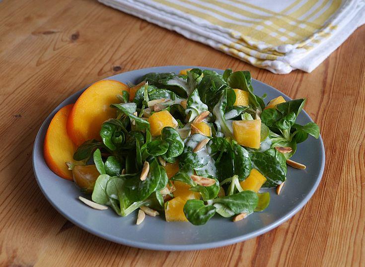 Feldsalat mit Kaki und gerösteten Mandeln in Joghurtdressing, ein raffiniertes Rezept aus der Kategorie Frucht. Bewertungen: 3. Durchschnitt: Ø 3,6.