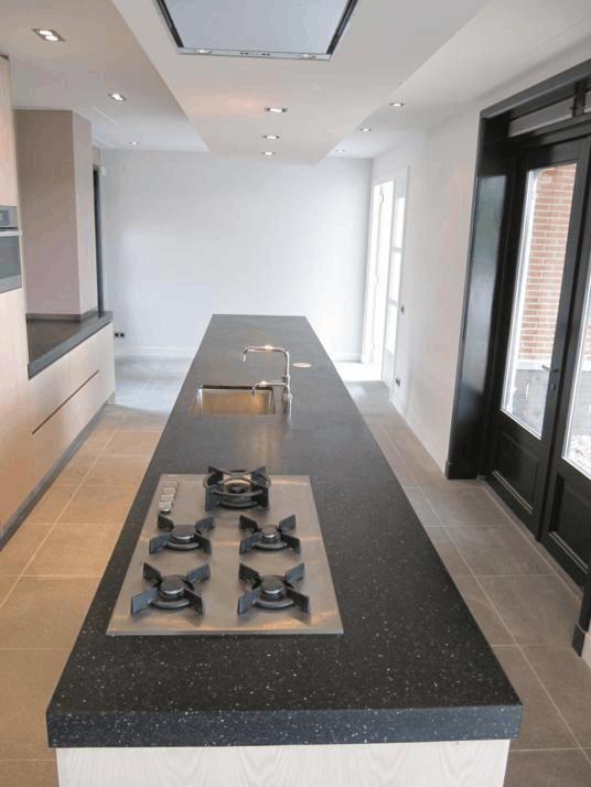 Project in Hoogland; een uniek design, het ruim 6 meter lange terrazzo eilandblad ligt gedeeltelijk op onderkastjes en loopt door op een rvs-tafelonderstel. Met bijpassend blad op de coffee pentry incl. rvs-smetplint. Trendy as can be!