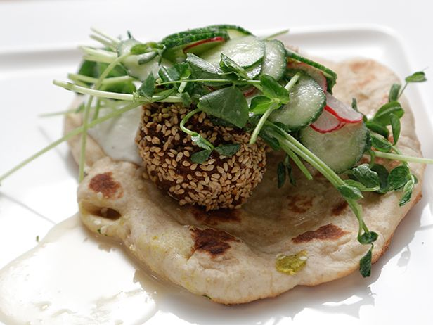 Aprenda a fazer um Crostini de Falafel com Pesto de Jalapeño e Molho de Iogurte bem leve e saboroso do Chef Bobby Flay.